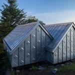 川の流れと共に過ごす、亜鉛板でできたスタジオ「Midden Studio」