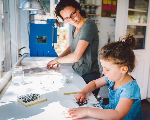 可愛らしいポーセリン(陶磁器)ジュエリーが生みだされる、自然の中の小さな工房「Tiny Porcelain Studio」