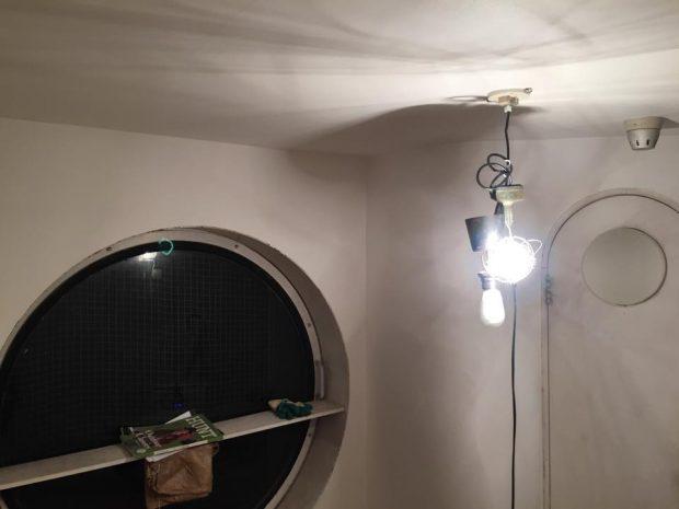 最終仕上げは壁紙貼り。真っ白なシンプルな空間へ