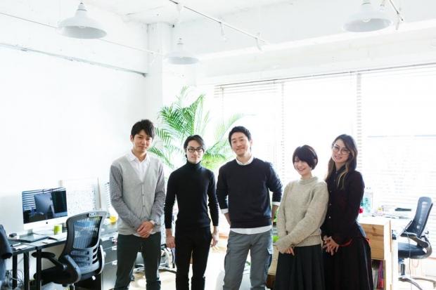 スタッフと荒井さん(中央) 写真提供:terashima yurica