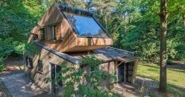 ツリーハウスで過ごすような贅沢なひとときを、オフグリッドハウスに変身を遂げた1950年代の別荘「TRANSFORMATIE BOSHUIS」