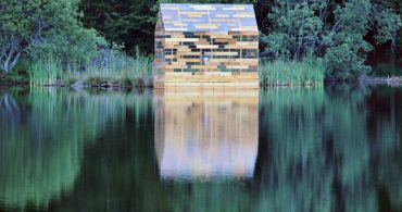 160年前のミニマルライフを現代に、湖に浮かぶ半透明の家「The Walden Raft 」