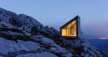 山の上で篭る、断崖の上のシンプルな山小屋「Mountain cabin by OFIS」