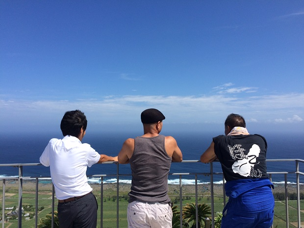 喜界島の絶景ポイント百之台公園で喜界島でお世話になった喜界アイランドサービスの方と、喜界町地域おこし協力隊の方と。