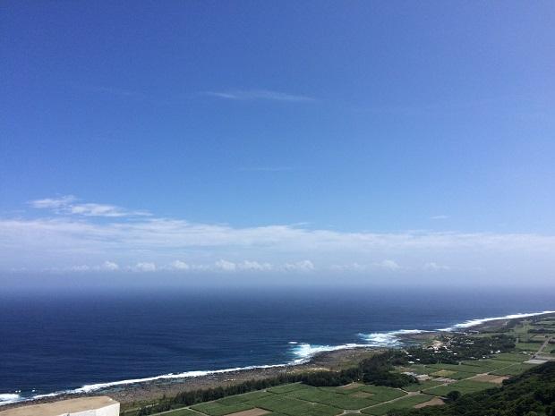 喜界島はサンゴ礁でできた平たい島なので、このように集落から海がなめらかに続く景色が見られます。