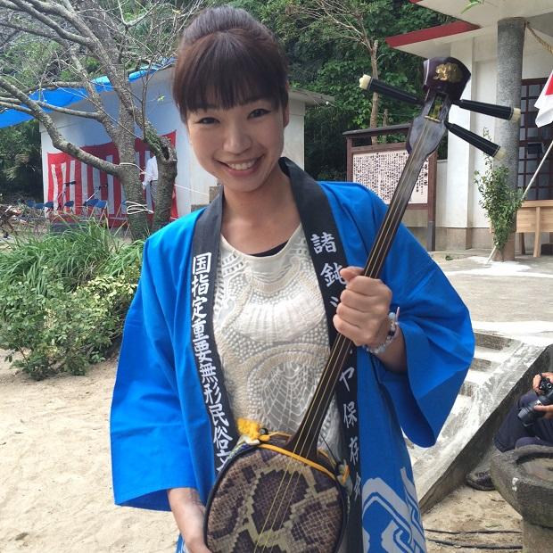 喜界島で出会った日本民謡ヤングフェスティバルでグランプリを受賞している唄者、川畑さおりさん。その後、加計呂麻島まで来てこちらのお祭りでも唄を披露してくださいました。