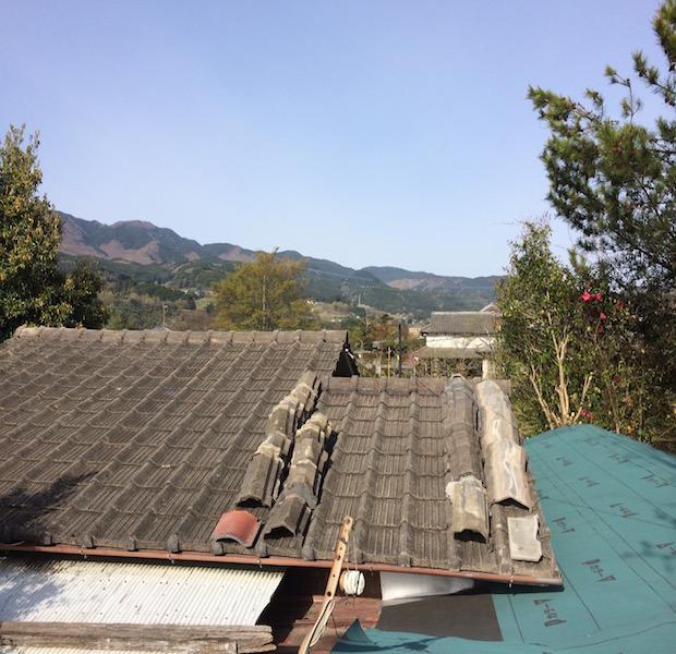 古い家だと直すのも大変です。壁、床、棚などはもちろん、瓦屋根も修理が必要な場合もあります。