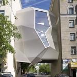 サナギのような不思議な形の、建物に寄生するオフィス「Parasite Office」