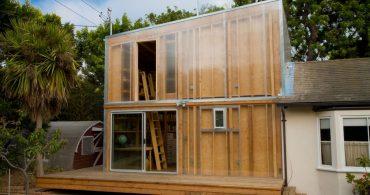 シースルーの外壁パネルを持った仏教学者のためのゲストハウス「Brentwood Air House」