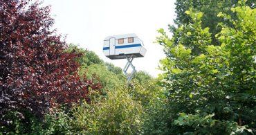 """""""空飛ぶ部屋""""を現実に、リフトで上空に上がるトレーラーハウス「La Caravan Dans Le Ciel」"""
