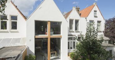 景観保護地区での挑戦! 街並みをそろえながら空間を広げた家「Stretched Home」