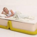 1台2役、簡単にベッドに変形できる1人用ソファ「Flop Chair」