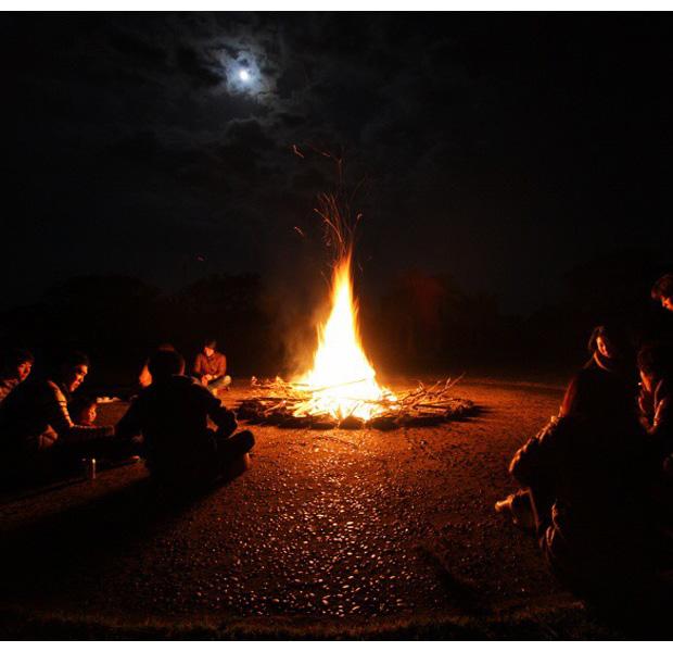 真っ暗闇の中でキャンプファイヤーなんてなかなかできないですよね。リラックスして参加者同士が話せる時間でもあります。