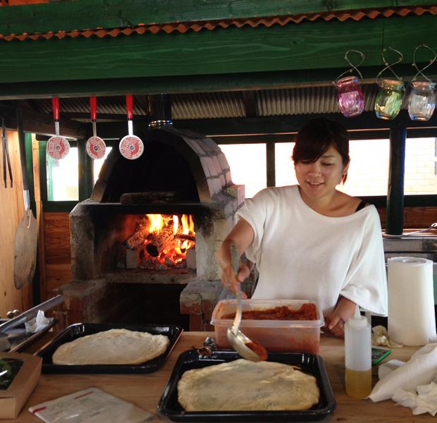 福江島産の酵母でつくったピザ生地に島の野菜や肉をトッピングしてピザ作り。福江島にある小さな村、にて。