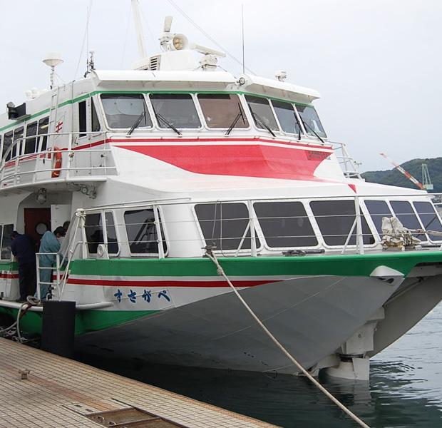 多くの場合、離島へは高速船やフェリーを使って行きます。天候に左右されますが、それも島旅。