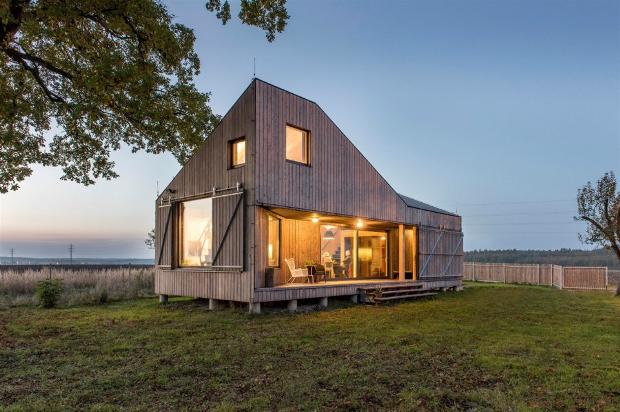 奇抜な形状の屋根を持つ、小さくても心地よく暮らせる家