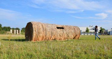 麦わらの小屋、フランスの麦畑に横たわる巨大な筒形ストローベイルハウス