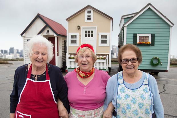 おばあちゃんのレトロかわいい宅配車に見る自分らしい終の棲家「Sausage Nonnas' Mobile Homes」