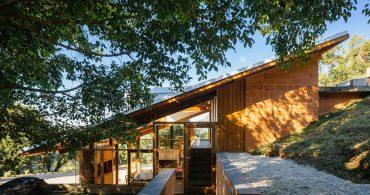 ブラジルの斜面に建つ、半分傾いた家「Half-Slope House」