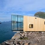 北極探検家の秘密基地、海に張り出すキャビンが集まる「Manshausen Island」