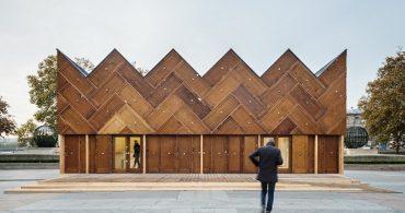 フランスのエスプリ漂う、180枚の古ドアと廃材を使ったパビリオン「The Circular Pavilion」