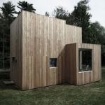湖畔の小さなウィークエンドハウス、建築規制をデザインでカバー「House on the lake」