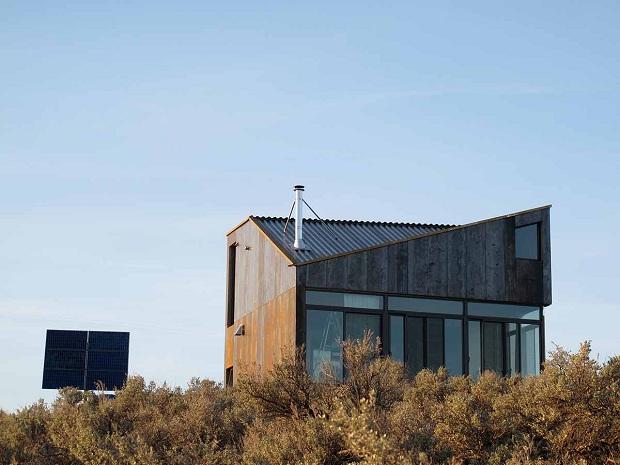 不自由さが生み出す贅沢、原野を見下ろす山の上の家「Sky house」