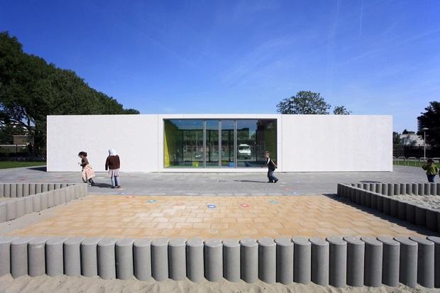 白い壁には○○な秘密が! 子供が喜ぶプレイハウス in オランダ「Anansi Playground Building」