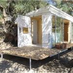 木漏れ日がきもちいい、ヨガ講師が暮らす地中海クレタ島のオフグリッド・トレーラーハウス