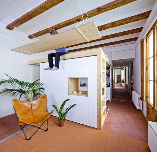 薄暗い廊下をリノベーション!ブランコみたいな机があるアパート「REFORMA DE UNA VIVIENDA EN LA GRAN VIA」