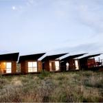 貨物列車のように連なった荒野のコンテナハウス「CINCO CAMP」