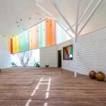 虹色の光が射す、元・教会のコミュニティースペース「The Chapel」
