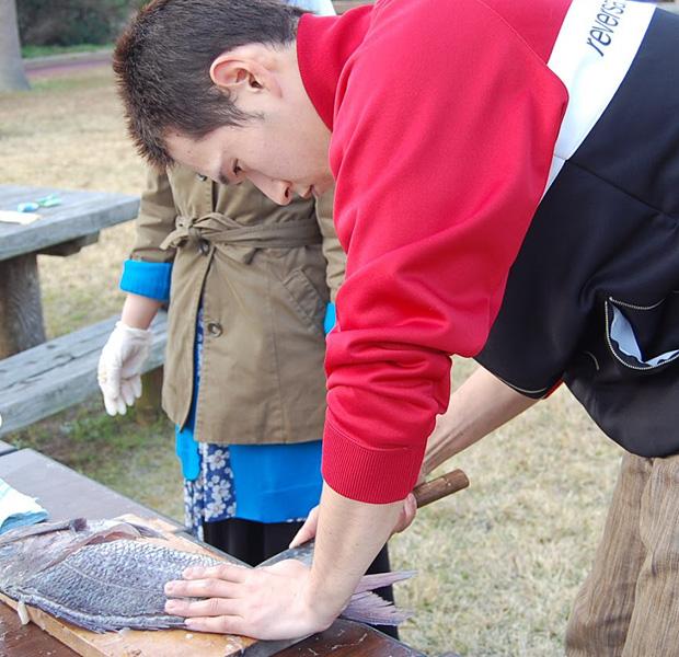 美しい手さばきで魚の捌き方を教えてくれる漁師の島男子。一年のほとんどを船のうえで過ごすようです。長崎県五島列島新上五島町にて。