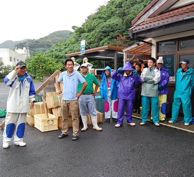 福江島で養殖業に携わる島男子たち。大学院で養殖の研究をしていて移住してきた、なんて人も。海と家との往復で出会いが少ないようで彼女募集中の人が多いです。