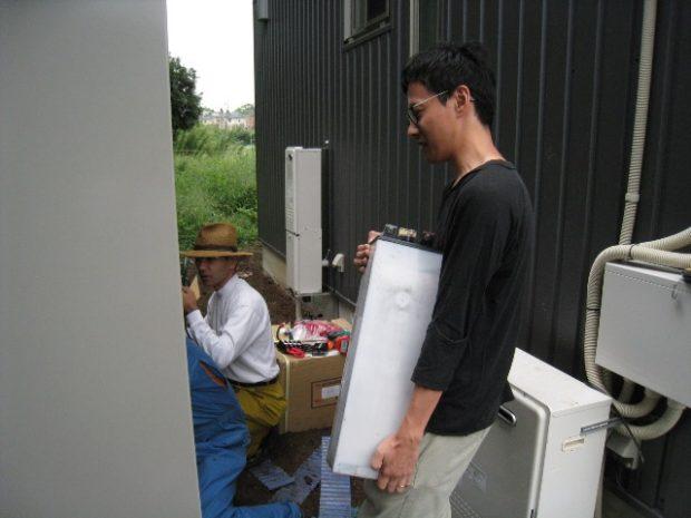 「自給エネルギーチーム(自エネ組)」とともにバッテリーを搬入するご主人