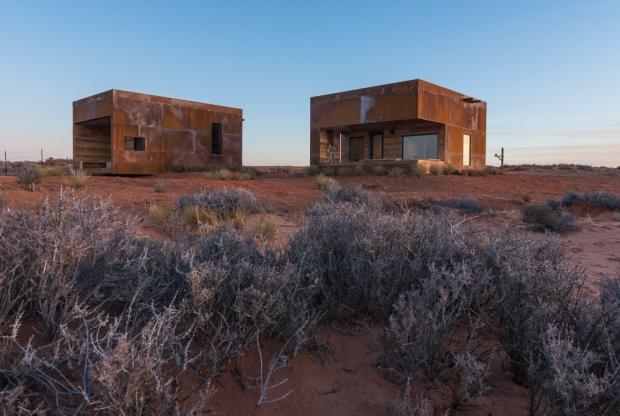 """赤褐色の荒野""""モニュメントバレー""""に建つ、ふたごのキャビン「sunrise/sunset」"""