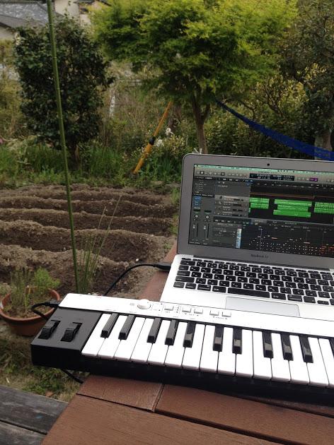 庭の畑を眺めながら作曲して名曲が生まれることも。特許の仕事もクラウドで