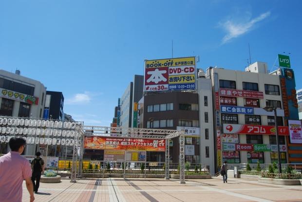 松戸の駅前は、典型的な郊外都市の風情。事前の把握では「ヤンキーが多い」「荒れている」など、一般的なイメージは決して良くはなかったが、そこを逆手に取った。