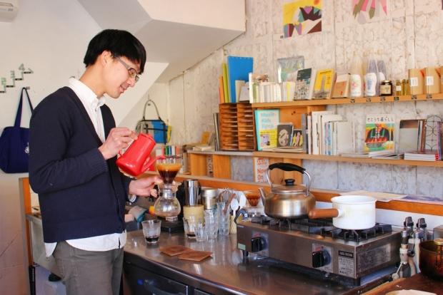 丁寧に、1杯ずつドリップされていくコーヒー。