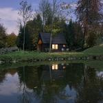 魔法のように美しい、ベルギーの湖畔の家「Woodland Cabin」
