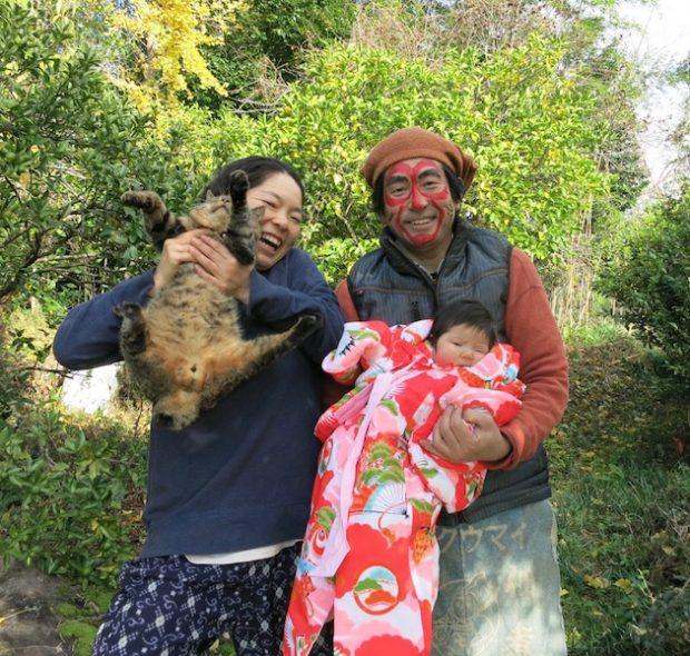 お正月の家族写真。啓資さんは近所の行事で干支の猿のメイクをされています。
