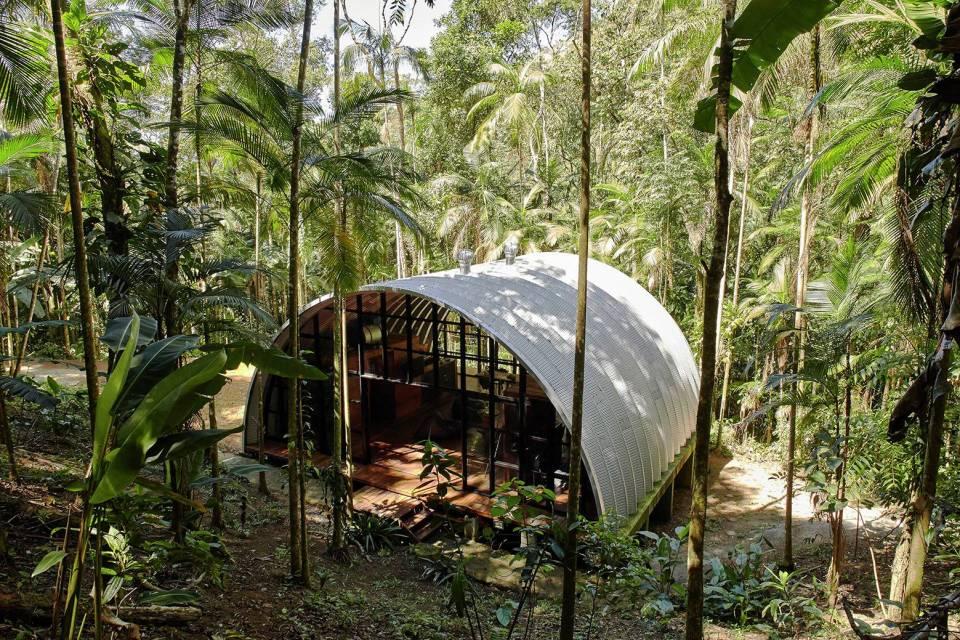 異世界への入口?ブラジルの森に現れた銀色のゲストハウス「Arca」