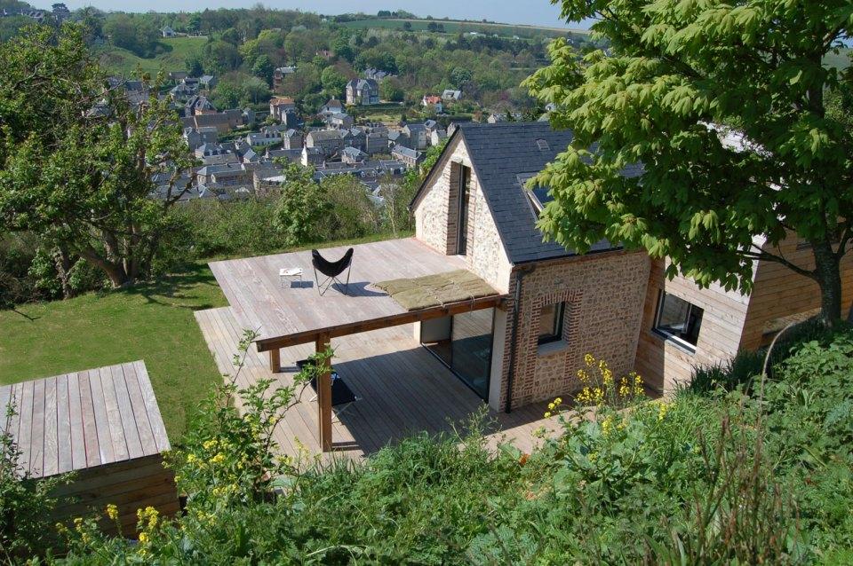 のんびり日光浴、ウッドデッキの屋根がバルコニーになる一石二鳥の家「Stone Cottage」