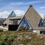 アイスランドの溶岩原に建つ2つのピラミッド型の家「Pyramid Cottage」