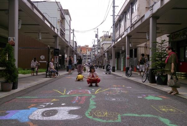 商店街の道路にチョークで落書きするイベント