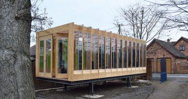 川をまたいで家を守る。脚が伸びるエコハウス「Greenhouse That Grows Legs」
