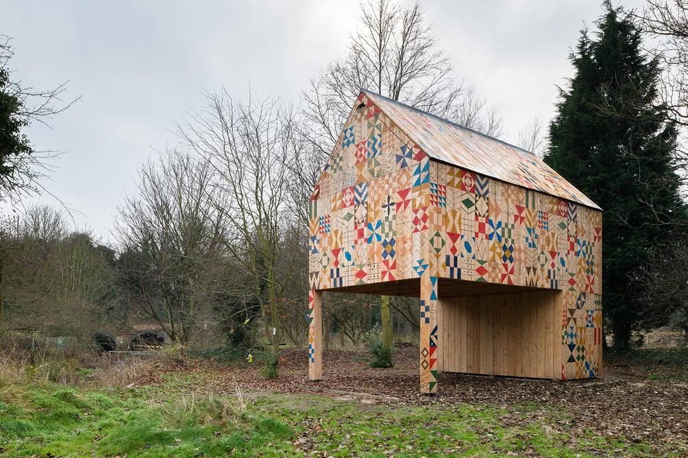 地元の人たちとアーティストがペイントした、カラフルな外壁が素敵!クリエイティブなコミュニティスペース「Ecology of Colour」