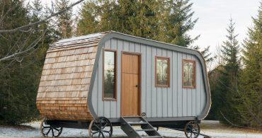 カナダの職人が作る馬車のようなトレーラーハウス「Collingwood shepherd hut」