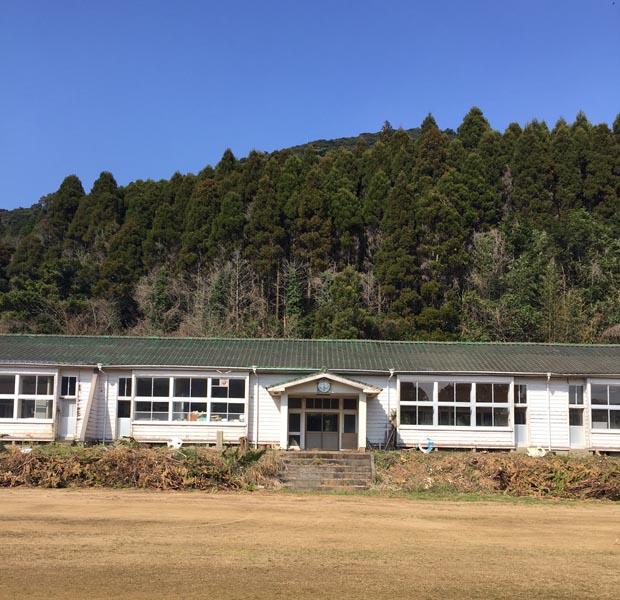 15年ほど前に廃校となっていた小学校の校舎。これから有川さん中心に島内外の人が関わる再生プロジェクトが始まります、楽しみ。