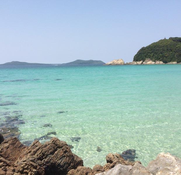 沖縄じゃないです、長崎県の離島もこんなエメラルドブルーの海があるのです。元アパレルのPRで今は地域おこし協力隊の女の子が撮った写真。